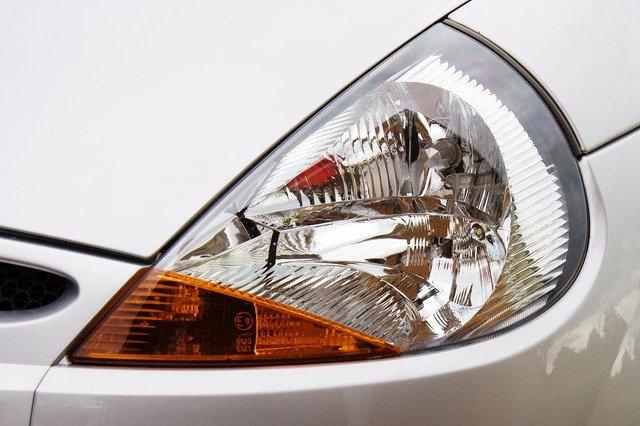 přední světlo auta.jpg