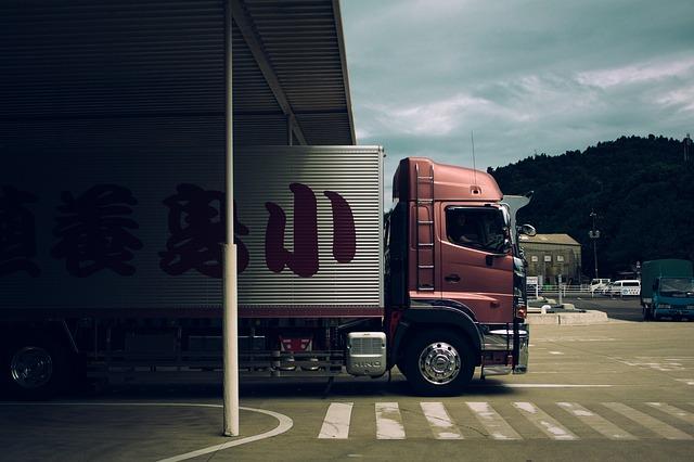 nákladní auto pod mostem.jpg