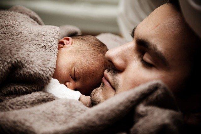 miminko spí na otci