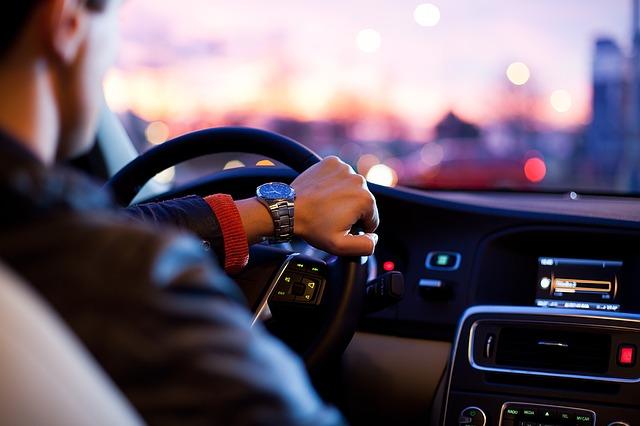 ruka na volantě