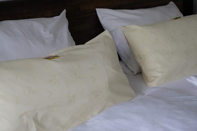 manželská postel s polštáři